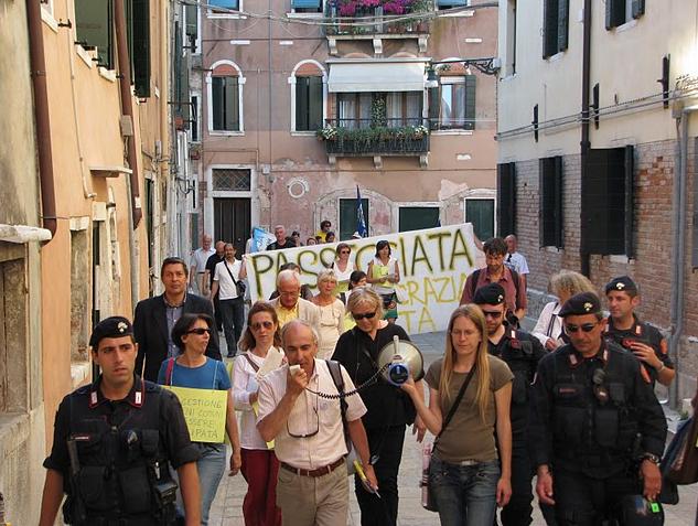 passeggiata democrazia diretta a venezia scortati dalla polizia